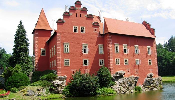 Romantický vodní zámek Červená Lhota