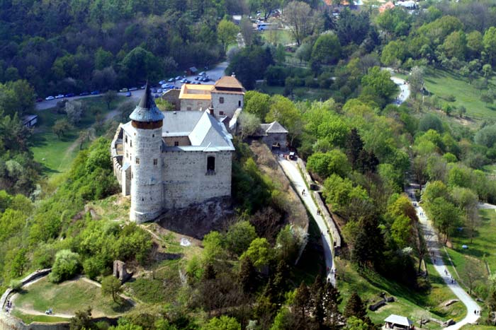 Rozlehlý hrad Kunětická hora