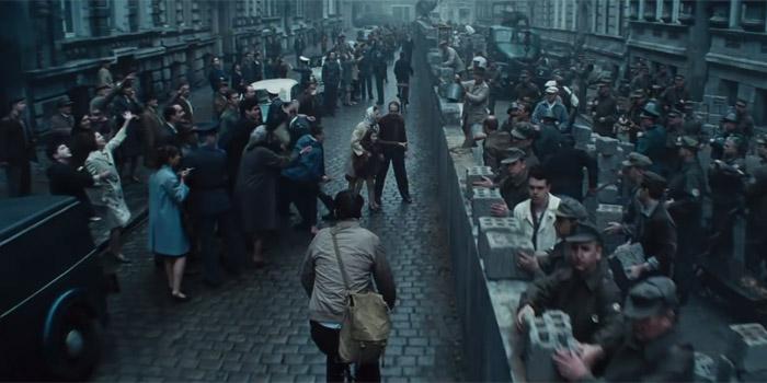 Tom Hanks kráčí po Mostě špiónů