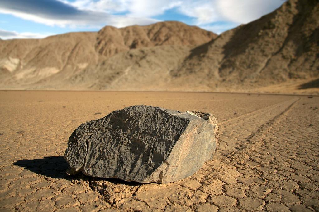 Racetrack Playa - záhada pohybujících se kamenů