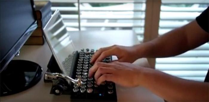 Na trh přichází vintage klávesnice Qwerkywriter