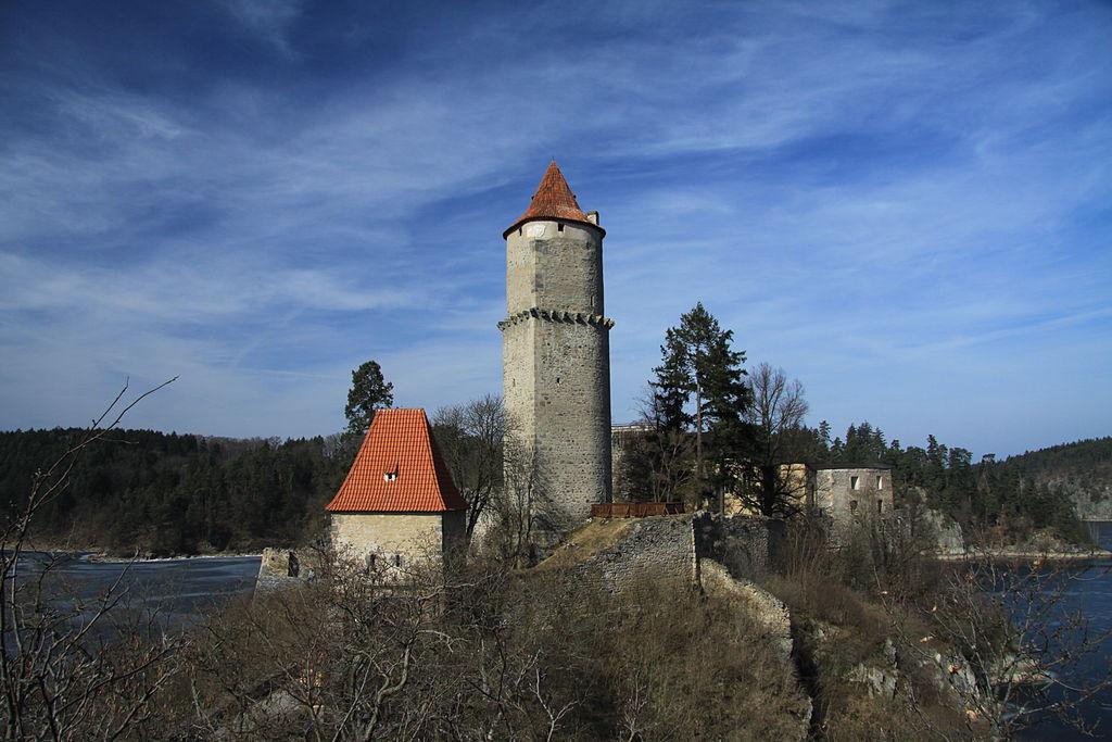 Hrad Zvíkov nad vodní nádrží Orlík